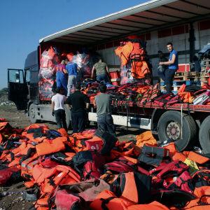 Flytvästar packas ihop på Lesbos för att fraktas till Berlin