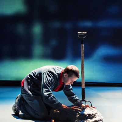 Christopher (Markus Lytts) hittar grannens döda hund.