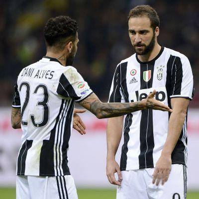 Dani Alves och Gonzalo Higuains gemensamma dagar i Juventus tycks vara räknade.