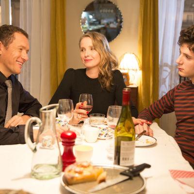 Jean-Rene (Dany Boon), Violette (Julie Delpy) och Lolo (Vincent Lacoste) sitter vid ett bord och äter middag.