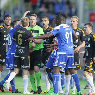 HJK och SJK gör upp om cupguldet 2016. I ligan har känslorna ibland gått heta.