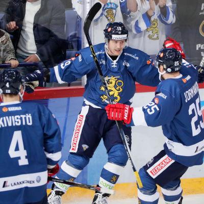Veli-Matti Savinainen och Pekka Jormakka firar mål