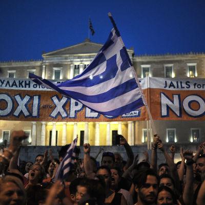 Demonstranter utanför parlamentsbyggnaden i centrala Aten, Grekland.