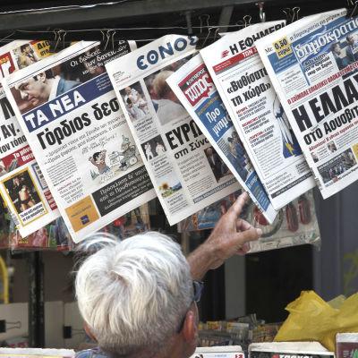 Grekiska dagstidningen den 13 juli 2015. Dimokratias längst till höger och Efimerida ton Syntakton näst längst till höger.