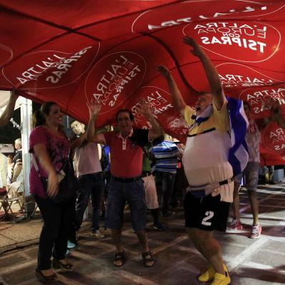 Anhängare till Syriza firar i Aten efter parlamentsvalet 20.9.2015.