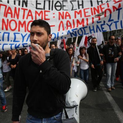 Greker demonstrerar mot reformerna i Aten den 8 maj 2016.