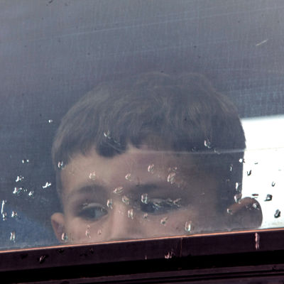 En flyktingpojke under en polisoperation nära Idomeni, Grekland 13.6.2016