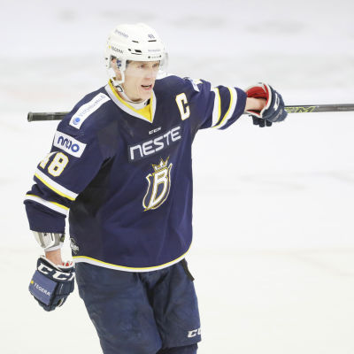 Mikko Kukkonen är en finländsk ishockeyspelare.