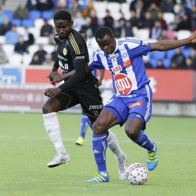 "Taye Taiwo och Ariel ""Tuco"" Nguekam kämpar om bollen i en ligamatch i april 2016."