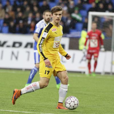 Joonas Vahtera med bollen i matchen mot HJK.