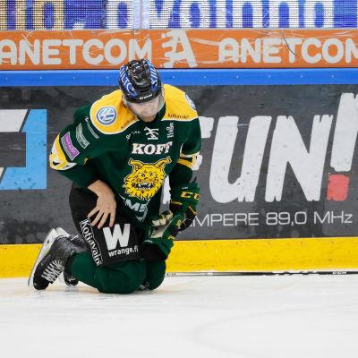 Ishockeyspelaren Sami Sandell står på knä och har ont.