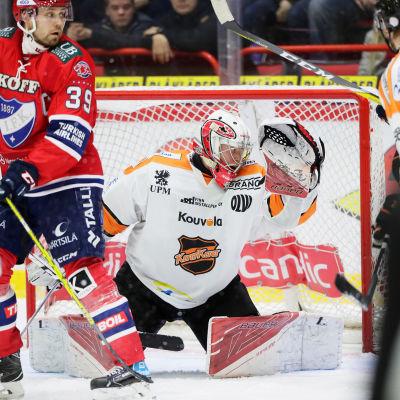 Markus Ruusu räddar en puck framför Arttu Luttinen i HIFK.