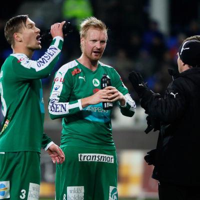Kristian Kojola, Jani Lyyski och Peter Lundberg samtalar under HJK - IFK Mariehamn den 14 oktober 2016.