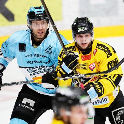 Ben Blood från Pelicans bevakar KalPa:s Mikko Nuutinen.