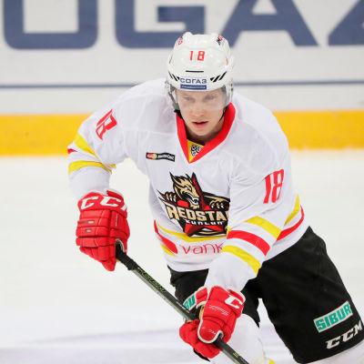 Finske ishockeybacken Tuukka Mäntylä iklädd rödvit klubbdress.
