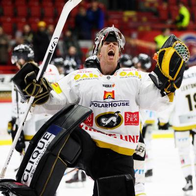 Kärpäts målvakt Jussi Rynnäs firar.