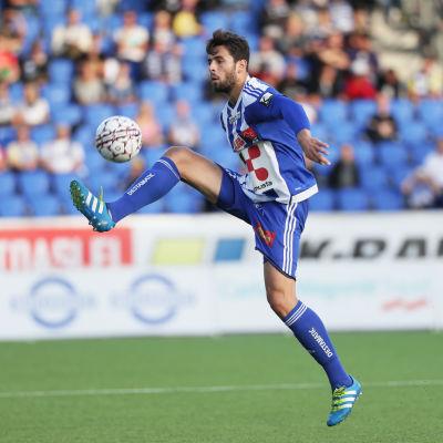 Lum Rexhepi är en proffsfotbollsspelare.