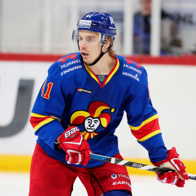 Blåklädde Jokeritspelaren Antti Pihlström tittar över axeln åt höger.
