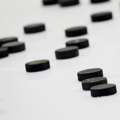 Hockeypuckar på isen.