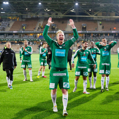 Jani Lyyski med händerna i luften