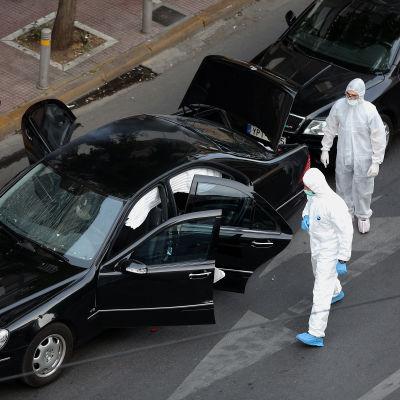 Poliser undersöker den bil där bomben hittades