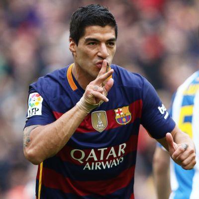 Luis Suarez med ett finger framför munnen.