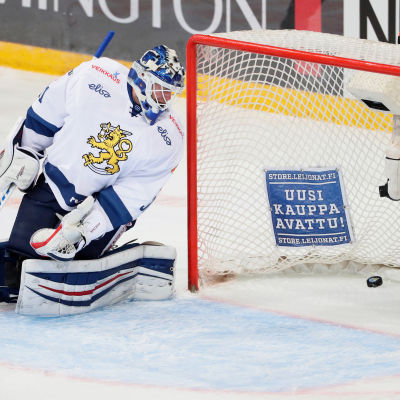 Mikko Koskinen släpper in 0-1 målet mot Ryssland i Helsingfors.