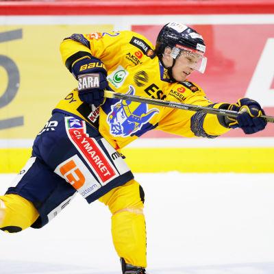 Valtteri Hietanen skjuter.