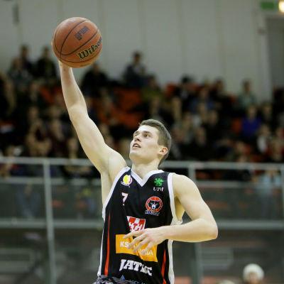 Basketspelare sätter en korg.