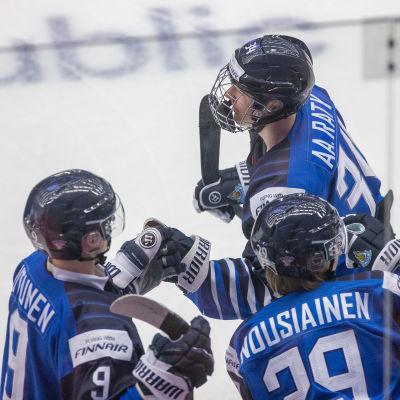 Aatu Räty firar sitt mål med finländska bänken.