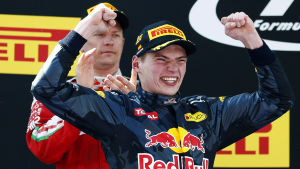 Max Verstappen firar seger i Barcelona.