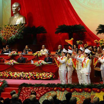Vietnams Kommunisparti öppnade sin tolfte partkongress i Hanoi med en hälsning från pionjärer
