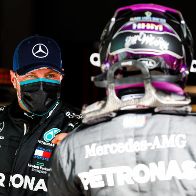 Valtteri Bottas och Lewis Hamilton hälsar.