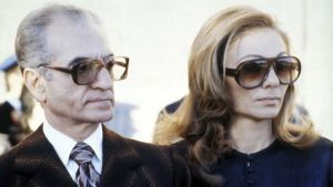 Iranin syrjäytetty shaahi Mohammed Reza Pahlavi ja hänen puolisonsa Farah Diba maanpaossa Egyptissä (1979).