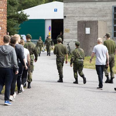 Varusmiehet johdattavat alokkaita Santahaminan varuskunnassa heinäkuussa 2019