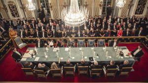 Svenska Akademien, bord sett uppifrån. Människor nere i salen.