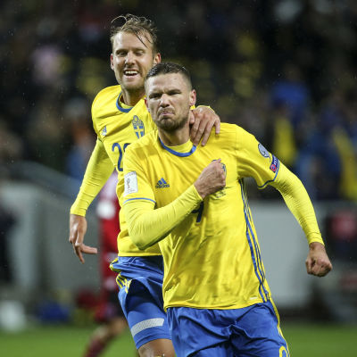 Ola Toivonen och Marcus Berg firar.