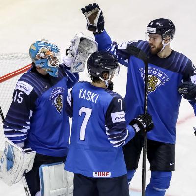 Finlands spelare gratulerar Jussi Olkinuora för att han höll nollan mot Storbritannien.