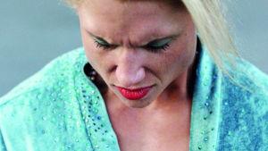 Vaalea nainen katsoo alaspäin lähikuvassa. Kuva elokuvasta Pearl.