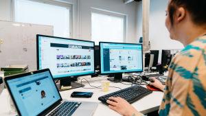 Nainen tietokoneen äärellä, näytössä lukee Summeri
