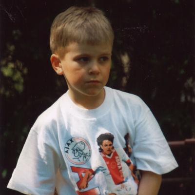 Rasmus Schüller som barn i Jari Litmanen-tröja.