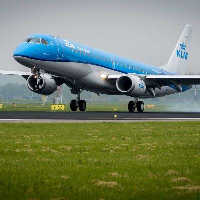 Flygplan landar på flygplatsen Schiphol i Amsterdam