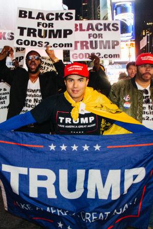 Trump-anhängare i feststämning på Times Square i New York.