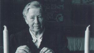En svartvit bild på en kvinna som heter Miina Sillanpää, Finlands första kvinnliga minister.