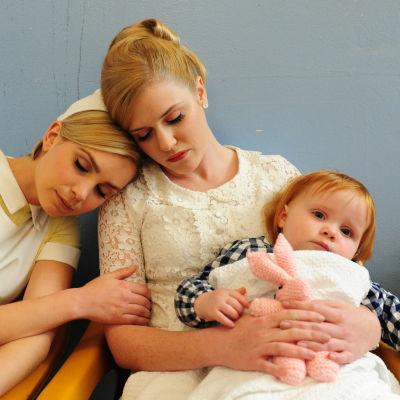 Kätilö (Jessica Marais) ja äiti lapsensa kanssa sarjassa Rakkauden ja häpeän hedelmät