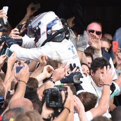 Valtteri Bottas juhli Silverstonessa kakkossijaa ihmisjoukon keskellä.