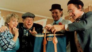 Scen ur filmen Varning för JÖnssonligan där man öppnar en väska.