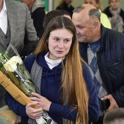 Den spiondömda ryskan Maria Butina på flygplatsen utanför Moskva