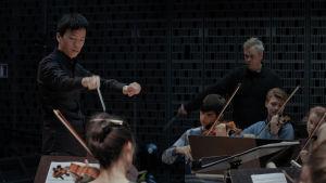 I-Han Fu dirigerar och Hannu Lintu i bakgrunden lever med i tolkningen.