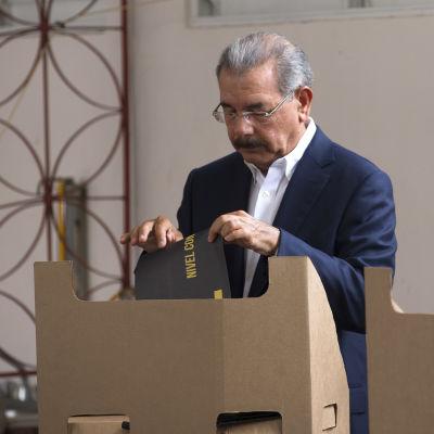 Danilo Medina som röstade i huvudstaden Santo Domingo, är den mest populäre ledaren i Latinamerika
